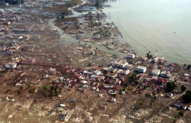 8 часов после землетрясения. Цунами подошло к западной части Индийского океана - к берегам Африки. Высокие волны грохотали от южной оконечности Аравийского полуострова до мыса Доброй Надежды. В Йемене утонул один ребенок. В Танзании волной унесло 10 человек.