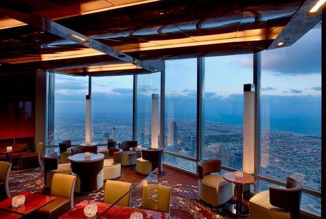 """Весь 122 этаж занимает ресторан """"Атмосфера"""" - самый высокий в мире ресторан. По соображениям безопасности газа на такой высоте нет. В кухне ресторана установлены специальные печи, в которых готовят на углях."""