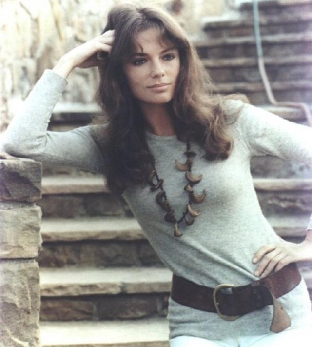Жаклин Биссет. Актриса снялась более чем в 80 фильмах, отметившись и на модельном поприще, а в любви ей признавались самые богатые и известные мужчины.