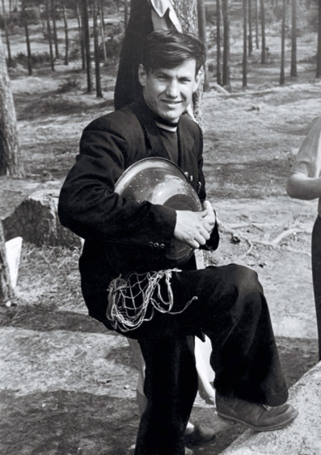 Все годы учебы в институте Ельцин также интенсивно занимался спортом и, несмотря на отсутствие пальцев на левой руке, входил в состав сборной Свердловска по волейболу, которая участвовала в играх высшей лиги чемпионата СССР.