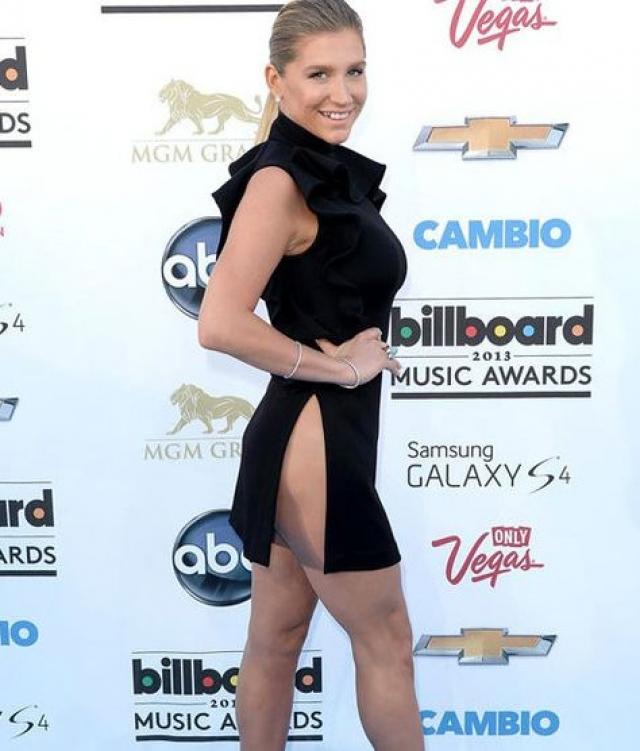 Певица Кеша отказалась от нижнего белья в пользу платья от Givenchy.