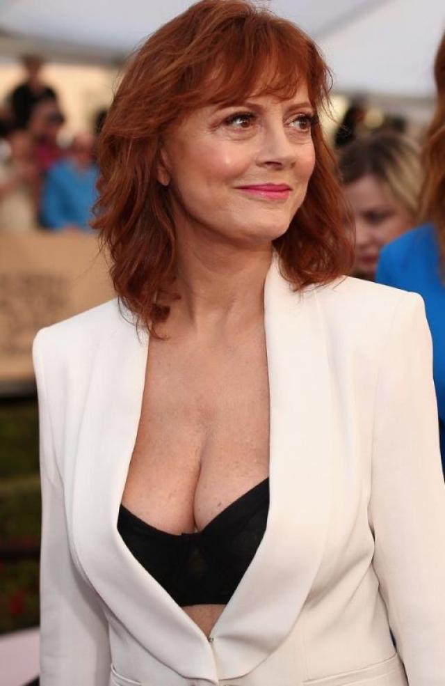 Сьюзан Сарандон. Актриса произвела фурор, появившись на Премии Гильдии киноактеров США вот в таком невероятном декольте.