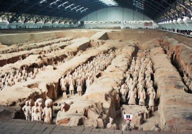 Терракотовая армия. В 1974 году семеро китайских крестьян копали колодец для своей деревни, когда случайно наткнулись на 2200-летнюю Терракотовую армию. Правительство Китая отобрало эти земли у фермеров и снесло их дома, чтобы раскопать древний артефакт.