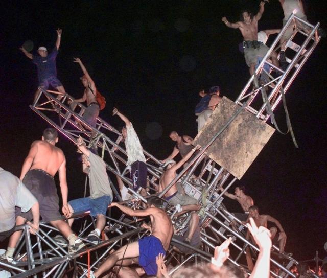 Была сожжена почти вся фанерная обшивка временной сцены, сгорела одна из башен для аудио-оборудования, были сожжены био-туалеты и передвижные торговые палатки. Правда, потерпевшим была оказана своевременная помощь.