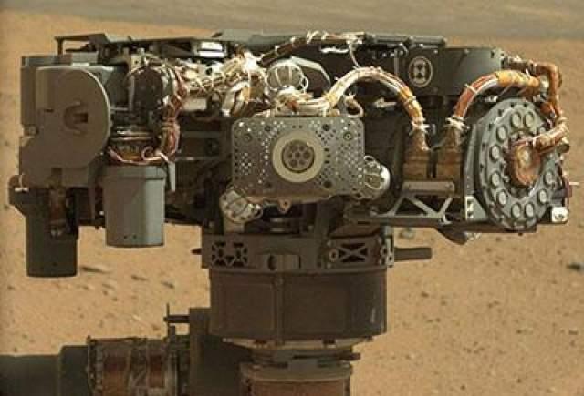 Максимальная предполагаемая скорость на пересеченной местности составляет 90 метров в час. Средняя же скорость составляет 30 метров в час. Ожидается, что за все время двухлетней миссии марсоход пройдет не менее 19 километров. На фото - Автопортрет Curiousity, планета Марс, 7 сентября 2012 года.