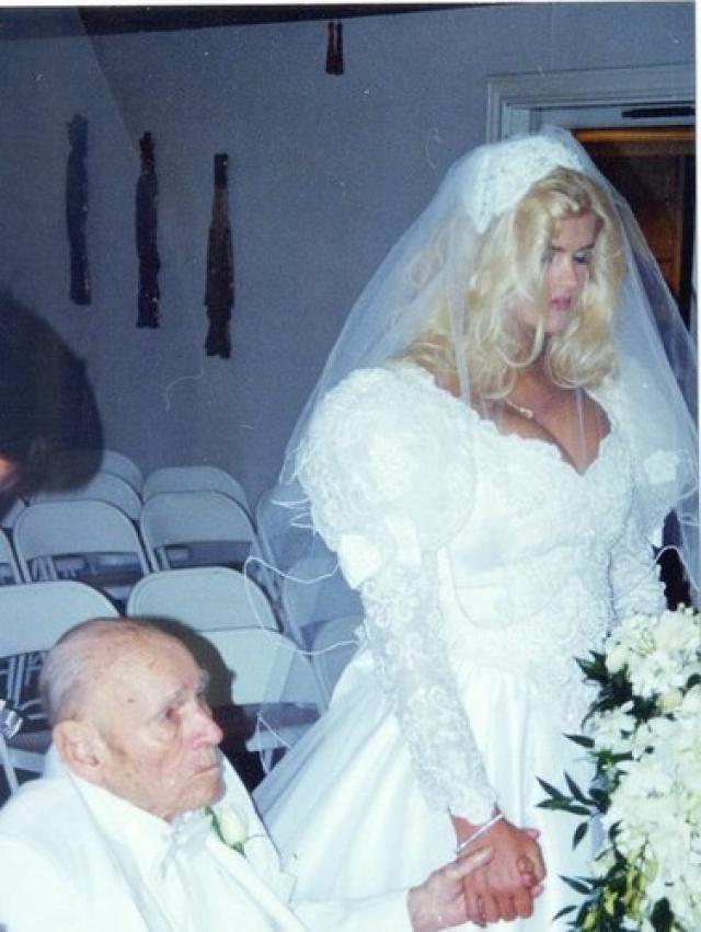 Спустя три года после знакомства пара поженилась, ко всеобщему шоку. Спустя год после их свадьбы 90-летний Маршалл ушел из жизни. Анна Николь долго пыталась отсудить наследство, но как только сделала это и сама трагически ушла из жизни.