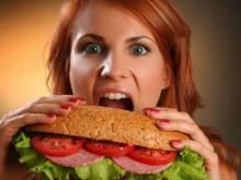 Ученые рассказали, чем опасны вечерние перекусы