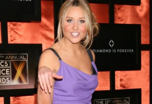 """Аманда Байнс. Актрисе запретили появляться в сети магазинов """"Barney's"""" в Нью-Йорке после того, как она вышла из магазина в шляпе стоимостью в 200 долларов, за которую не заплатила."""