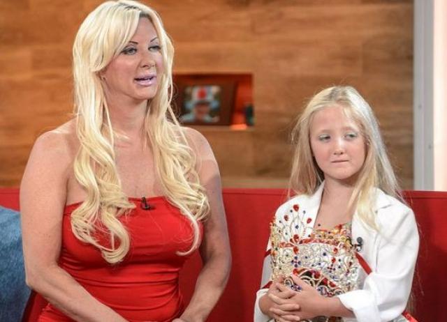 Ее поведение время от времени вызывает в обществе бурю негодования – она позволила дочери в 16 лет сделать себе укол ботокса.
