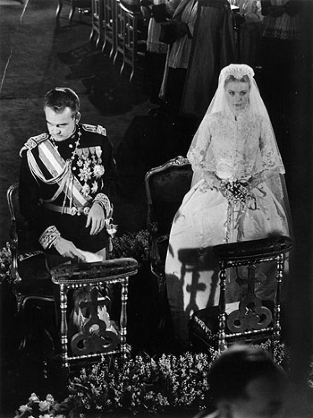 """Очаровательная блондинка и благородный монарх познакомились, когда Грейс в 1955 году приехала в Европу на съемки фильма Альфреда Хичкока """"Поймать вора"""". Спустя несколько месяцев пара поженилась: 18 апреля 1956 года состоялась гражданская церемония, а на следующий день в соборе Святого Николая в Монако - религиозная."""