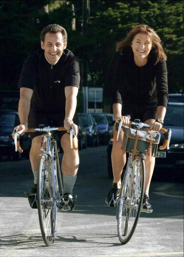 Все дело в том, что еще во время супружества Николя стал встречаться с моделью Сесилией Мартен, который в тот период была замужем за престарелым предпринимателем. Весьма примечательно, что данный брак Николя Саркози узаконил лично - в качестве мэра городка Нейи-Сер-Сен он даже вел свадебную церемонию. Впоследствии Сессилия и Николя некоторое время встречались тайно. В 1988 году они стал официально встречаться. В 1989-м году девушка расторгла брак с прежним супругом. Развода Саркози пришлось ждать до 1996 года. В том же году у Сессилии и Николя родился сын Луи.