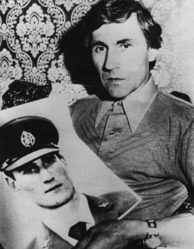 Спустя несколько лет после загадочного проишествия объявился некий мужчина, который утверждал, что нашел капсулу, содержащую послание от Фредерика Валентича. На фото: отец Валентича держит фотографию пропавшего пилота.