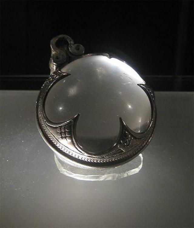 Находки, которые получили название линз Висби, почти идеально отполированы, могут сфокусировать свет и даже увеличивать изображение. При этом изготовлены они были в 11-12 веке.