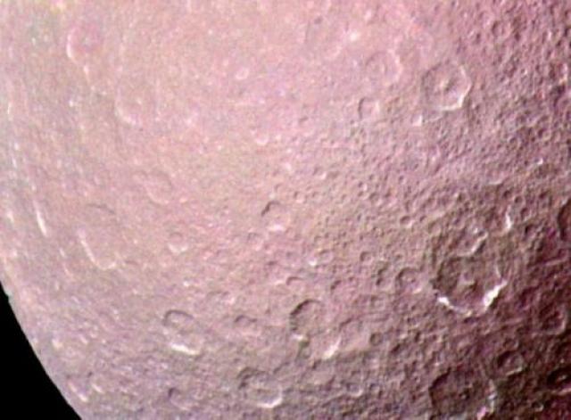 По сегодняшним меркам технологии на «Вояджер-1» далеки от передовых, поэтому все фотографии были сделаны с помощью аналоговых пленочных камер, а затем отсканированы. Цвета создавались комбинированным методом смешивания и через цифровые манипуляции. На фото: ледяной спутник Сатурна Реи, чья поверхность изобилует кратерами