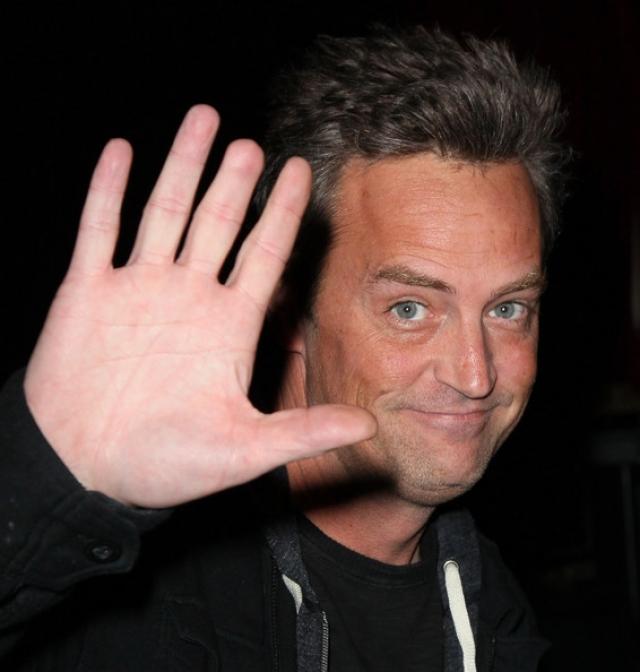 А у Мэттью Перри нет кончика среднего пальца правой руки.