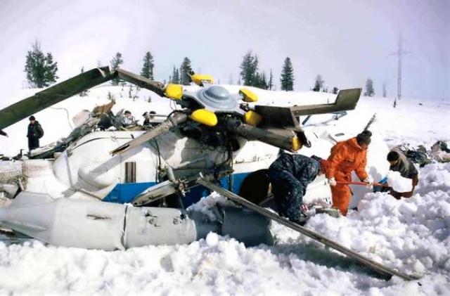 Вертолет разбился, столкнувшись с проводом ЛЭП. От полученных ран Александр Лебедь скончался.