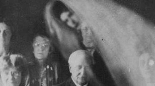 Снимки медиума с приведениями Недавно было обнаружено четыре снимка, сделанных в 1930 году во время спиритического сеанса, на которых запечатлен призрак.