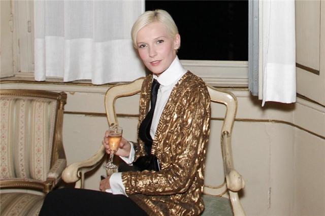 Участвуя в показах Comme des Garcons и Romeo Gigli, она смогла попасть под руку более известным брендам.