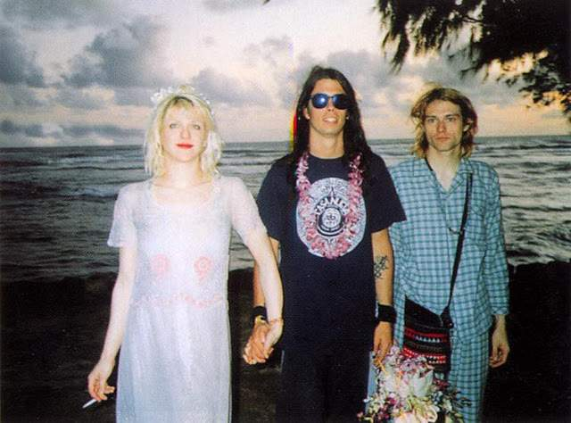 Церемония бракосочетания прошла на гавайском пляже Ваикики. Кортни была в платье, а Курт, поленившись надеть костюм, явился на торжество в пижаме. 18 августа 1992 года у пары появилась дочь - Фрэнсис Бин Кобейн.
