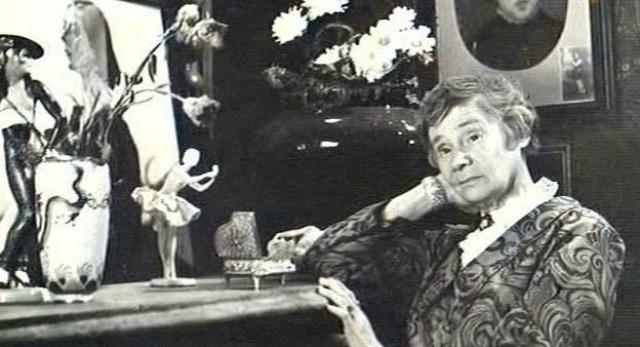 """За 44 года работы она сыграла шестьдесят с лишним ролей соседок-моралисток, фрейлин-вредин, смотрительниц, маникюрш и аккомпаниаторш . А десять ее ролей именовались в титрах просто """"бабушка"""" и """"бабка""""."""