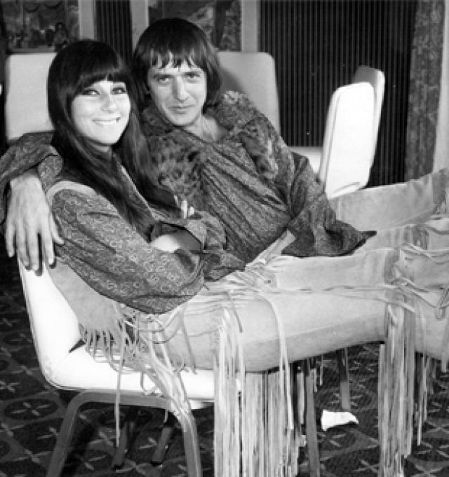 Пара оформила отношения в 1964 году, когда Шер было 18 лет, развелись они спустя 11 лет.