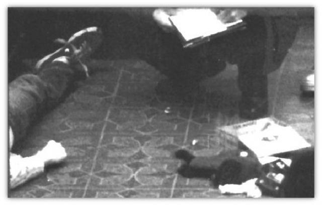 Смит проверил гараж, затем поднялся по лестнице к оранжерее. Через стеклянную дверь оранжереи он заметил тело и предположил, что кто-то спит, но после увидел кровь у левого уха и ружье, лежащее поперек тела.