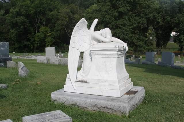 Виктор Мэтьюр. Могилу легенды Голливуда венчает изваяние рыдающего ангела.