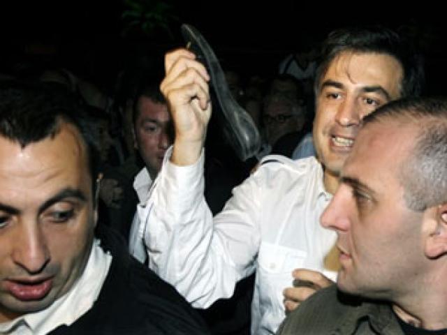 Мишенью становились и другие политики. Осенью 2009 года во время общения с прессой неизвестный кинул ботинок в Михаила Саакашвили, в ту пору - президента Грузии. Башмак угодил Саакашвили в лоб.