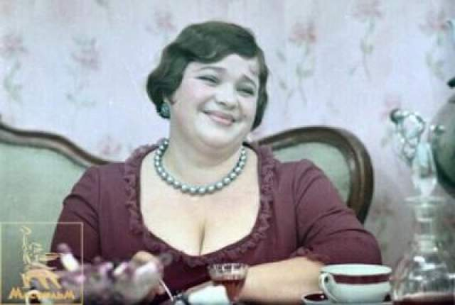"""Кроме того, Осип женился на тучной женщине, послужившей прототипом мадам Грицацуевой. Причем, сделал он это исключительно из меркантильных соображений - времена были голодные, а она держала лавку. Так и пережил зиму. Кадр из фильма """"12 стульев"""" режиссера Леонида Гайдая."""