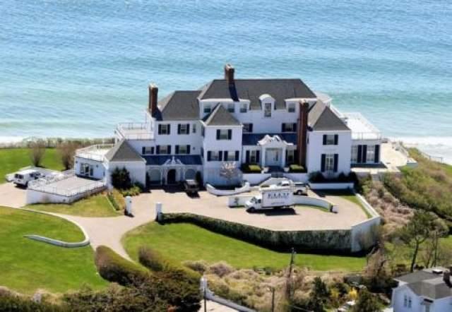 В апреле 2016 года Тейлор приобрела пляжный домик на Род-Айленде (2 гектара прилегающей территории, включая 200 м берега). Чуть ранее- избавилась от такого же домика в Массачусетсе, продав его за $5,7 миллиона...