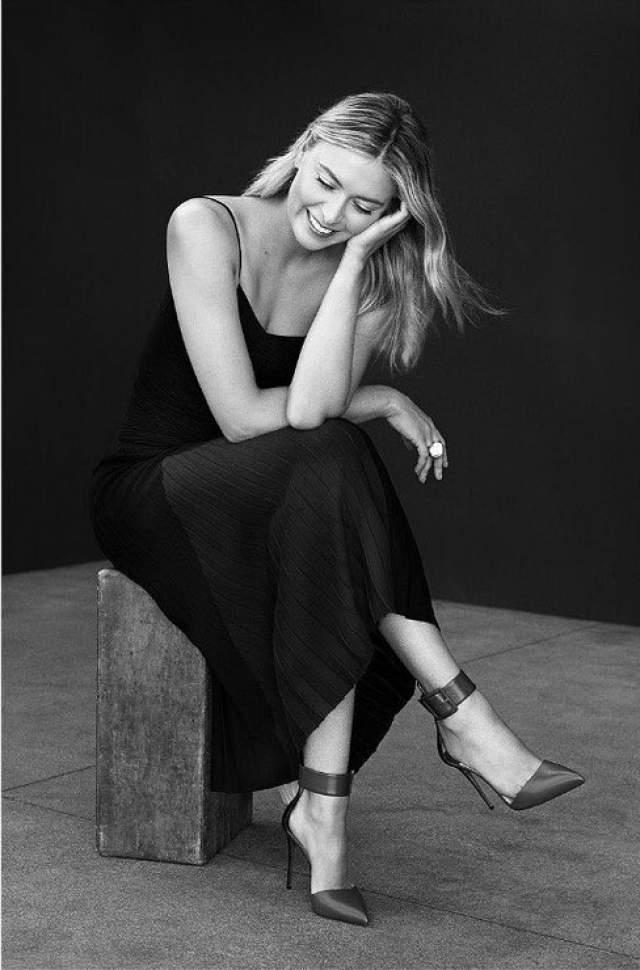 Мария Шарапова : 43 размер ноги Известная российская красавица- тенисистка обладает 43 размером ноги и признается, что подбирать туфли и кроссовки для нее - задача не из легких.