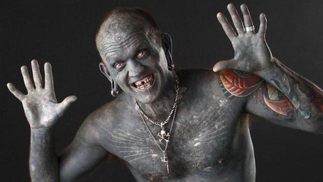 Австралиец Лаки Даймонд Рич потратил 1000 часов на покрытие своего тела многослойными татуировками.