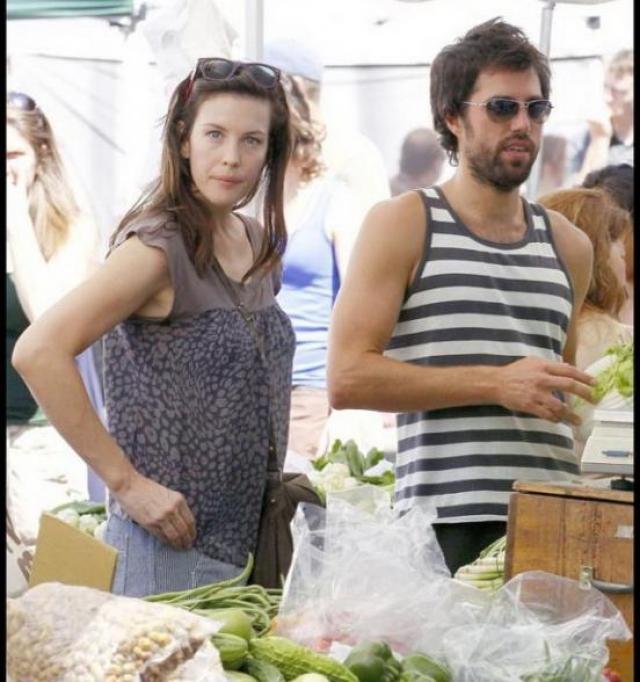 Лив Тайлер. В 2009 году актрису от переживаний по поводу развода спас также личный тренер, Дэвид Хирш.
