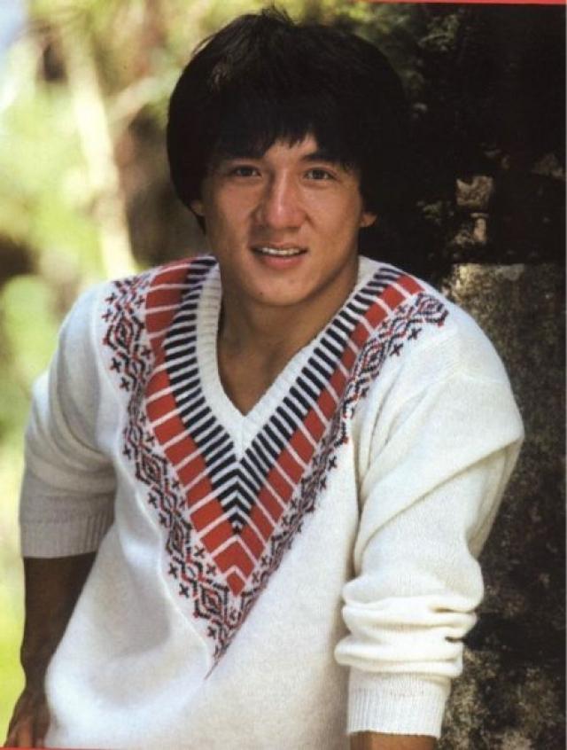 """Джеки Чан. Будущий актер родился в Китае, а именно в Гонконге, в бедной семье беженцев. За лучшей жизнью его родители переехали в Австралию, где мальчик выучил английский язык и получил свое новое европейское имя """"Джеки"""", работая на стройке."""