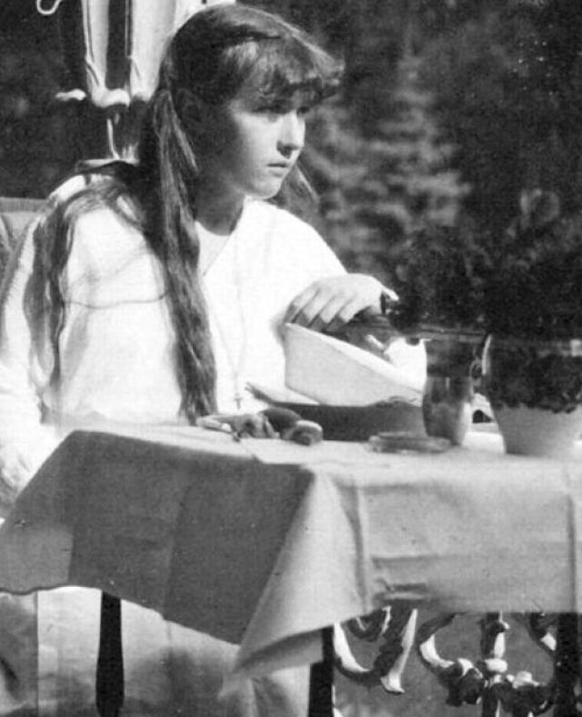 """Некоторые свидетели опознали девочку как Анастасию, когда им показали фотографии великой княжны следователи Белой Армии. Доктор также сказал им, что травмированная девочка, которую он осматривал в штабе ЧК в Перми, сказала ему: """"Я - дочь правителя, Анастасия""""."""