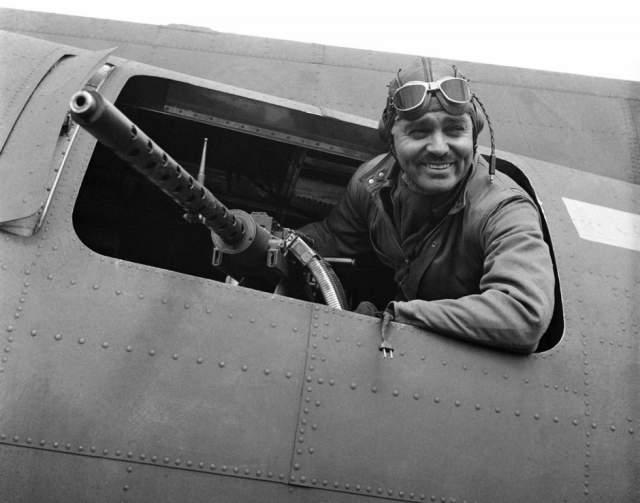 Кларк Гейбл. В 41 год он вступил в ряды американских ВВС и участвовал в бомбежках немецких войск в Европе во время Второй мировой войны. За это он даже получил знак отличия и медаль.