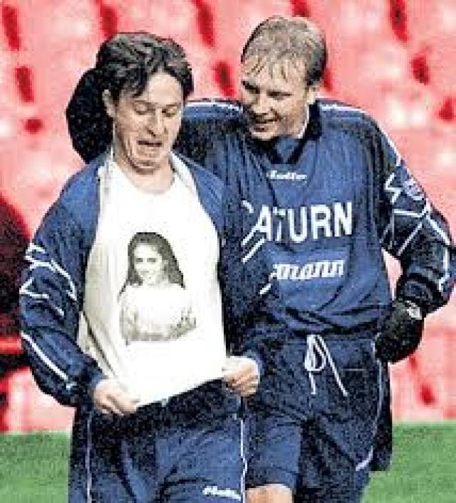 """Максим буквально """"кричал"""" о своих чувствах: забивая гол он публично показывал майку под футболкой, на которой была изображена спортсменка."""