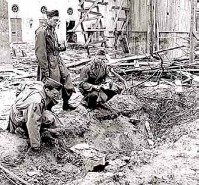 Появилась версия, что сожженые останки не принадлежали Гитлеру и его жене, а самому нацистскому вождю удалось сбежать в Латинскую Америку. На фото: военные корреспонденты осматривают траншею во дворе рейхсканцеляии, где были сожжены трупы Гитлера и его супруги.