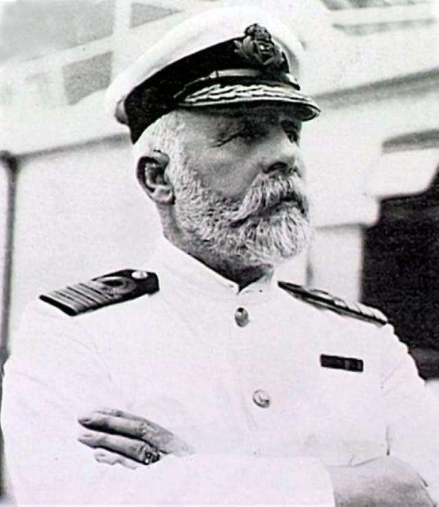 """Эдвард Джон Смит - капитан """"Титаника """", который был очень популярен и среди членов экипажа, и среди пассажиров. В 2.13 ночи, всего за 10 минут до окончательного погружения корабля под воду, Смит вернулся на капитанский мостик, где и решил встретить смерть."""