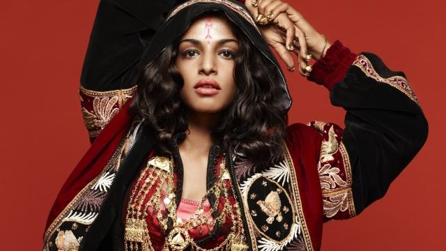 """M.I.A. Певица, чье настоящее имя Матханги """"Майа"""" Арулпрагасам, родилась в Англии, но когда ей еще не исполнилось и года, семья вернулась на родину на Шри-Ланку."""