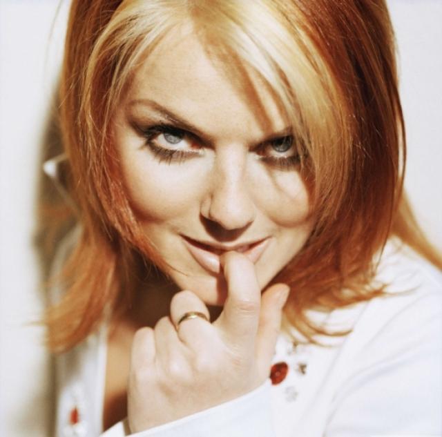 """Джери Холлиуэл. Певица выполняла в группе роль """"сорванца"""": непосредственная, шумная, нарочито сексуальная девушка в вызывающих нарядах. Именно ее винили в распаде Spice Girls, когда она покинула группу."""