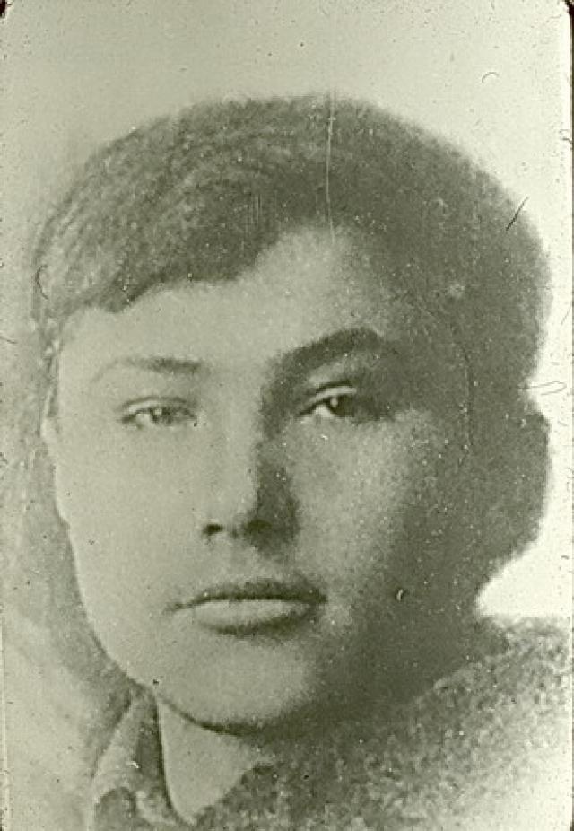 В 1944 году Шукшин окончил семь классов Сросткинской школы и поступил учиться в автотехникум в городе Бийске. Но закончить его он так и не сумел - чтобы прокормить семью, пришлось учебу бросить и устраиваться на работу.