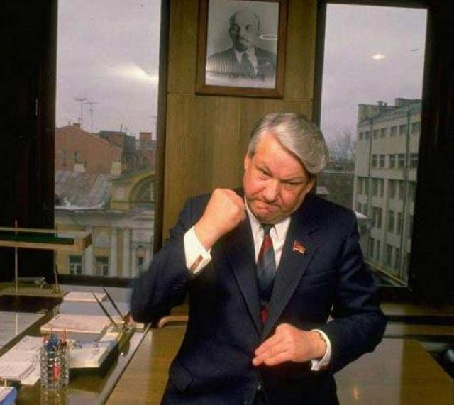 Это событие случилось с Ельциным 28 сентября 1989 года: член Президиума Верховного Совета СССР упал с моста в реку у подмосковных госдач. Сам он говорил, что ехал в гости к другу, решил пройтись пешком и отпустил водителя.
