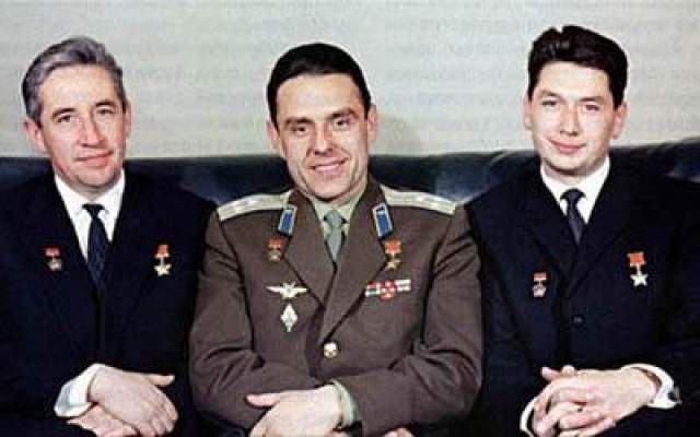Первый в истории освоения космоса экипаж, состоящий из трех человек - Владимир Комаров, Константин Феоктистов, Борис Егоров, 12 октября 1964 года.