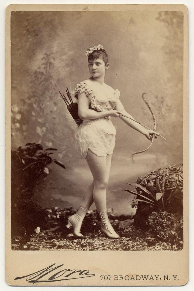 """Еще во времена Первой мировой войны, когда утонченные красавицы взывали солдат к патриотизму при помощи своих танцев """"томительного обнажения""""."""