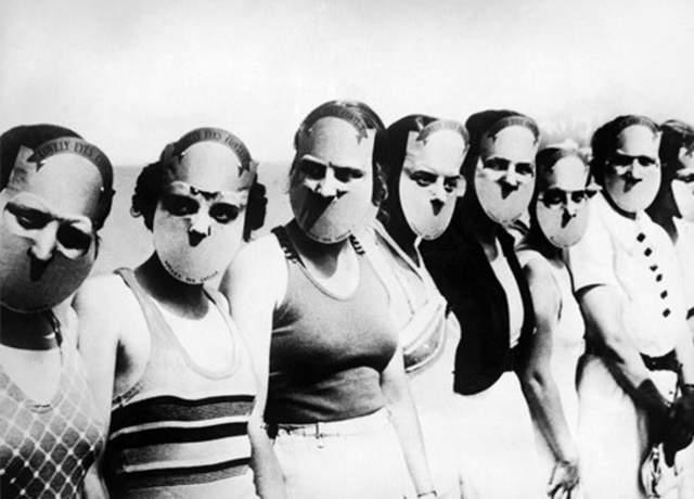 Мисс прекрасные глаза - 1930 год. Чтобы ничего не отвлекало судей от главной задачи — оценки красоты глаз, конкурсантки надевали такие маски. Никаких оценочных суждений в целом по поводу лица участниц благодаря этому не было.