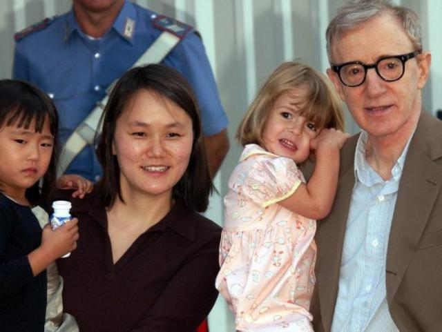 В 1997 году Аллен женился на Сун-И. Пара растит двух приемных детей.