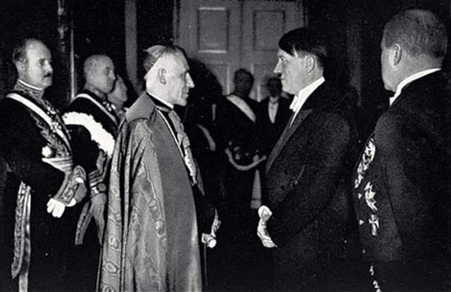 Гитлер желал, чтобы Ватикан признал его власть, а в 1933 году Католическая церковь и Германский рейх подписали союз, в соответствии с которым Рейху гарантировалась защита Церкви, если они сохранят приверженность исключительно религиозной деятельности. Это соглашение, как мы знаем, было нарушено.