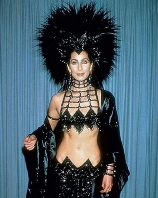 Самым скандальным считается платье актрисы и певица Шер , в котором она появилась на церемонии в 1987 году.