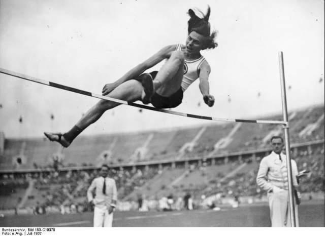 На чемпионате Европы 1938 года в Вене, где в первый раз соревновались только женщины, Дора Ратьен установила новый мировой рекорд, взяв золото. А по пути оттуда полиция заподозрила, что Дора не прыгунья, а прыгун.
